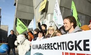 Gruppe mit einem Banner in Leipzig