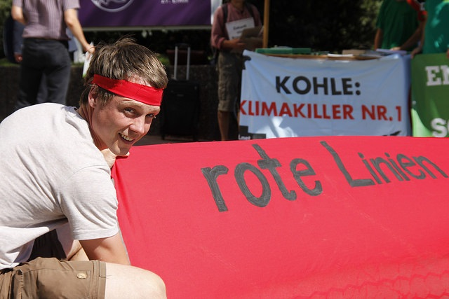 "Demonstrant mit Banner ""rote Linie"""